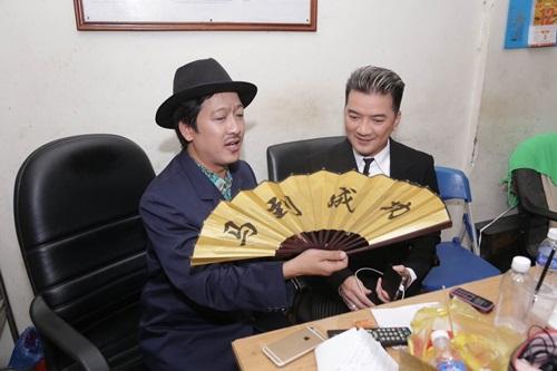 Biểu cảm hài hước của Hoài Linh khi được mời... ăn xôi - 8