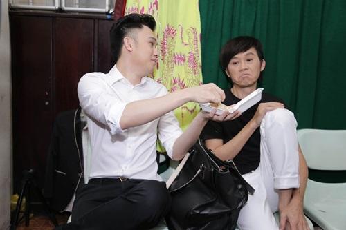 Biểu cảm hài hước của Hoài Linh khi được mời... ăn xôi - 2