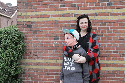 Làm hình nộm giống hệt con trai để...ôm hôn mỗi ngày - 1