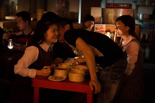 """Kỳ lạ giới trẻ Hà Nội đổ xô đi """"check in"""" quán đèn dầu - 8"""