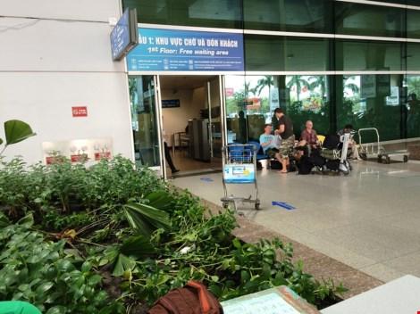 Người nước ngoài rơi từ tầng 2 sân bay Tân Sơn Nhất - 3