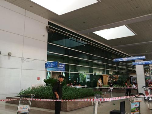 Hé lộ nguyên nhân hành khách Úc rơi lầu ở Tân Sơn Nhất - 1