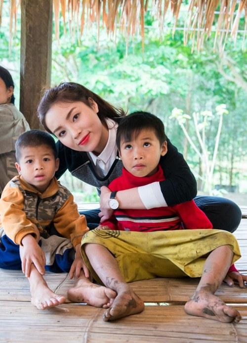 Hoa hậu Kỳ Duyên mặc trang phục dân tộc Thái nhảy sạp - 1
