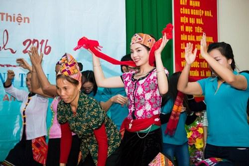 Hoa hậu Kỳ Duyên mặc trang phục dân tộc Thái nhảy sạp - 4