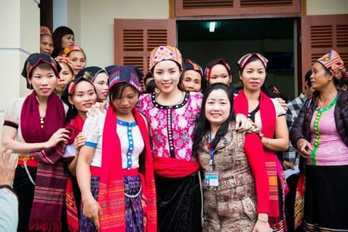 Hoa hậu Kỳ Duyên mặc trang phục dân tộc Thái nhảy sạp - 5
