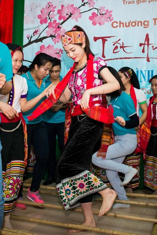 Hoa hậu Kỳ Duyên mặc trang phục dân tộc Thái nhảy sạp - 8