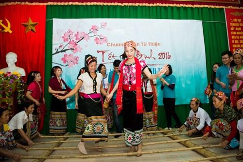 Hoa hậu Kỳ Duyên mặc trang phục dân tộc Thái nhảy sạp - 10