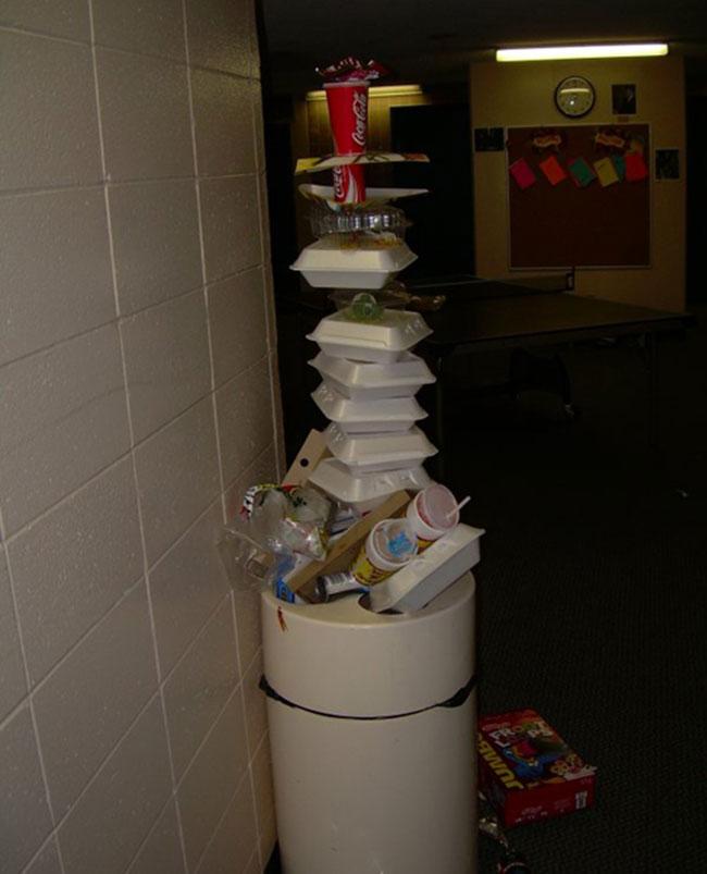 Chắc chắn người tạo ra thứ này không ngại bẩn mà lục lọi thùng rác.