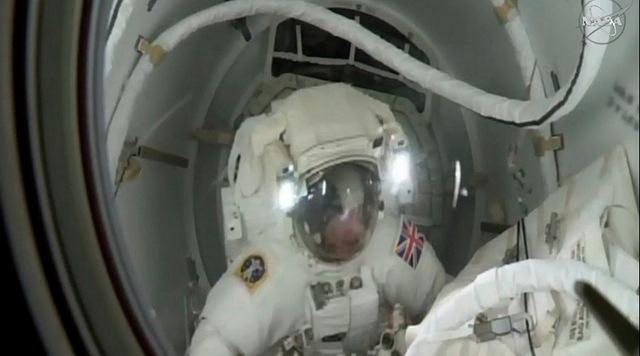 Đang du hành vũ trụ phải quay về vì mũ bảo hiểm có nước - 1