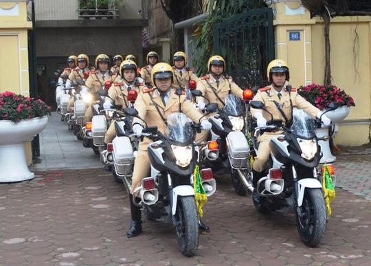 Gặp xe ưu tiên dịp Đại hội Đảng, các phương tiện dừng hẳn - 1