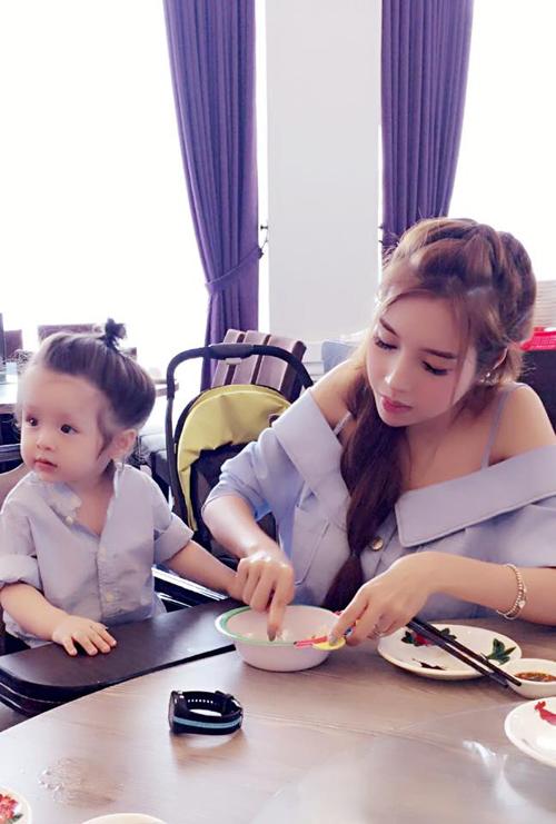 Bộ sưu tập đồ đôi mẹ - con cực 'chất' của Elly Trần - 8