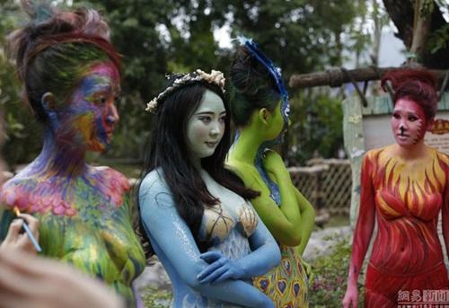 Thiếu nữ mặc nội y hóa thân động vật trong sở thú - 1