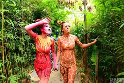 Thiếu nữ mặc nội y hóa thân động vật trong sở thú - 2