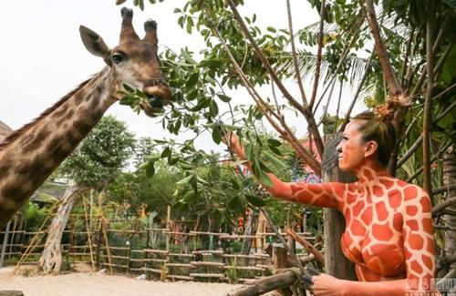 Thiếu nữ mặc nội y hóa thân động vật trong sở thú - 3