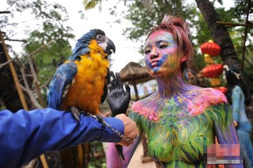 Thiếu nữ mặc nội y hóa thân động vật trong sở thú - 4