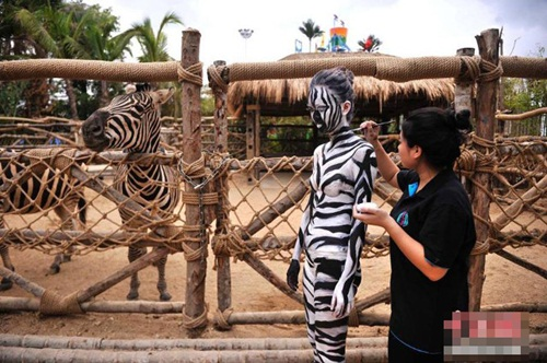 Thiếu nữ mặc nội y hóa thân động vật trong sở thú - 5