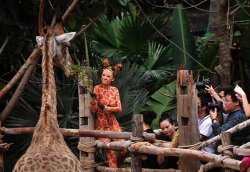 Thiếu nữ mặc nội y hóa thân động vật trong sở thú - 6