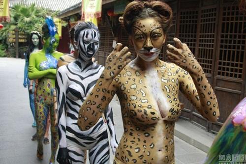 Thiếu nữ mặc nội y hóa thân động vật trong sở thú - 7