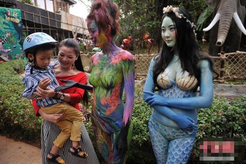 Thiếu nữ mặc nội y hóa thân động vật trong sở thú - 9