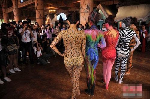 Thiếu nữ mặc nội y hóa thân động vật trong sở thú - 10
