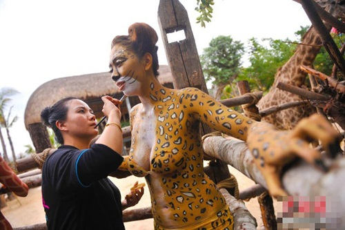 Thiếu nữ mặc nội y hóa thân động vật trong sở thú - 11