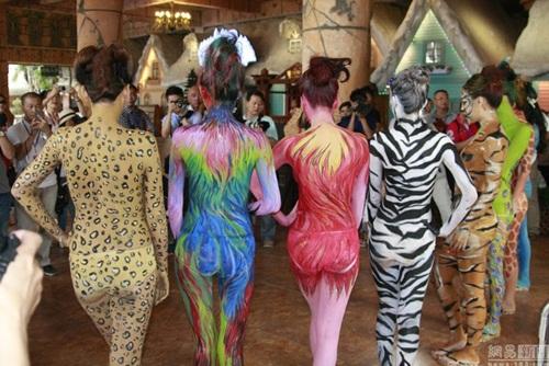 Thiếu nữ mặc nội y hóa thân động vật trong sở thú - 12