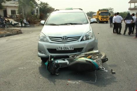 Người phụ nữ bị taxi tông, kéo lê gần 30m - 1