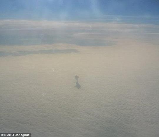 Lạ lùng hành khách chụp được ảnh người khổng lồ trên mây? - 1