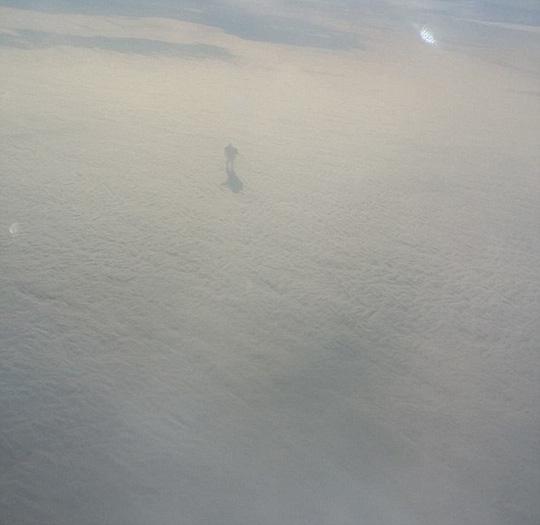 Lạ lùng hành khách chụp được ảnh người khổng lồ trên mây? - 3