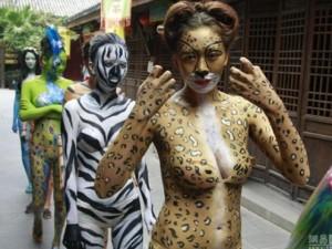 Bạn trẻ - Cuộc sống - Thiếu nữ mặc nội y hóa thân động vật trong sở thú