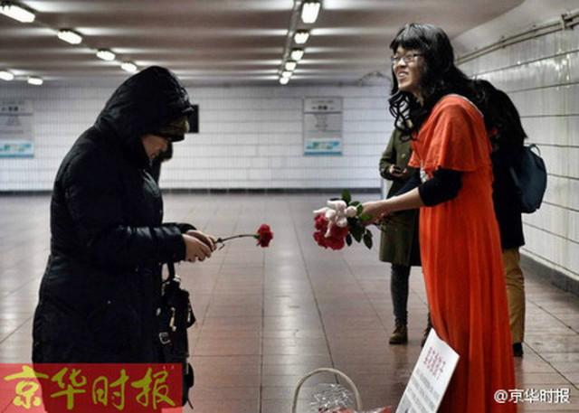 Cảm động người cha 'giả gái' bán hoa kiếm tiền cứu con - 1