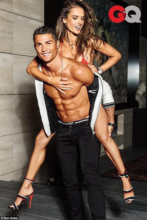 Cristiano Ronaldo tình tứ bên siêu mẫu sexy nhất Brazil - 1