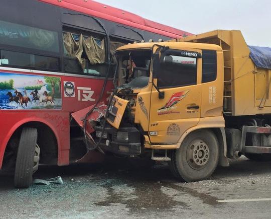 Tai nạn, nhà xe xông vào đánh nhau làm hỗn loạn QL 1A - 1