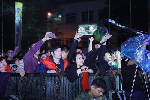 MC Tạ Bích Loan và fan Việt xúc động xem Trần Lập hát - 7