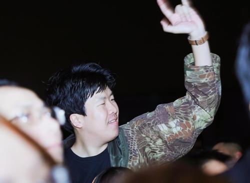 MC Tạ Bích Loan và fan Việt xúc động xem Trần Lập hát - 10