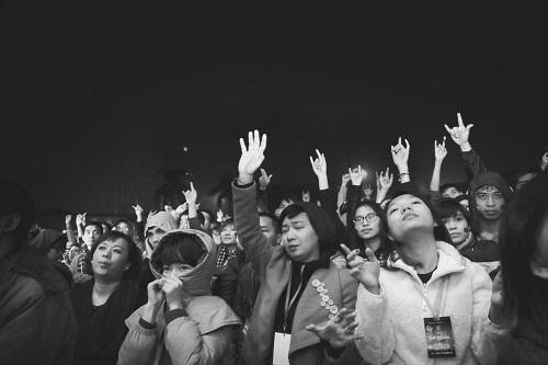 MC Tạ Bích Loan và fan Việt xúc động xem Trần Lập hát - 11