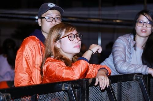 MC Tạ Bích Loan và fan Việt xúc động xem Trần Lập hát - 4