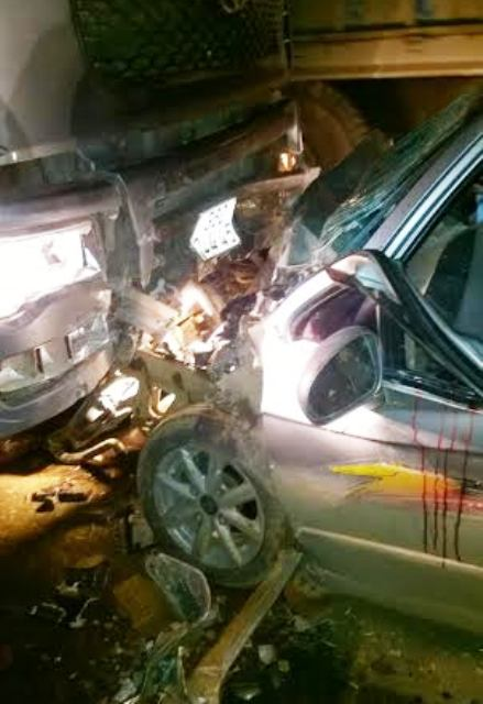 Tông trực diện đầu xe tải, 4 người trên ô tô nhập viện - 1