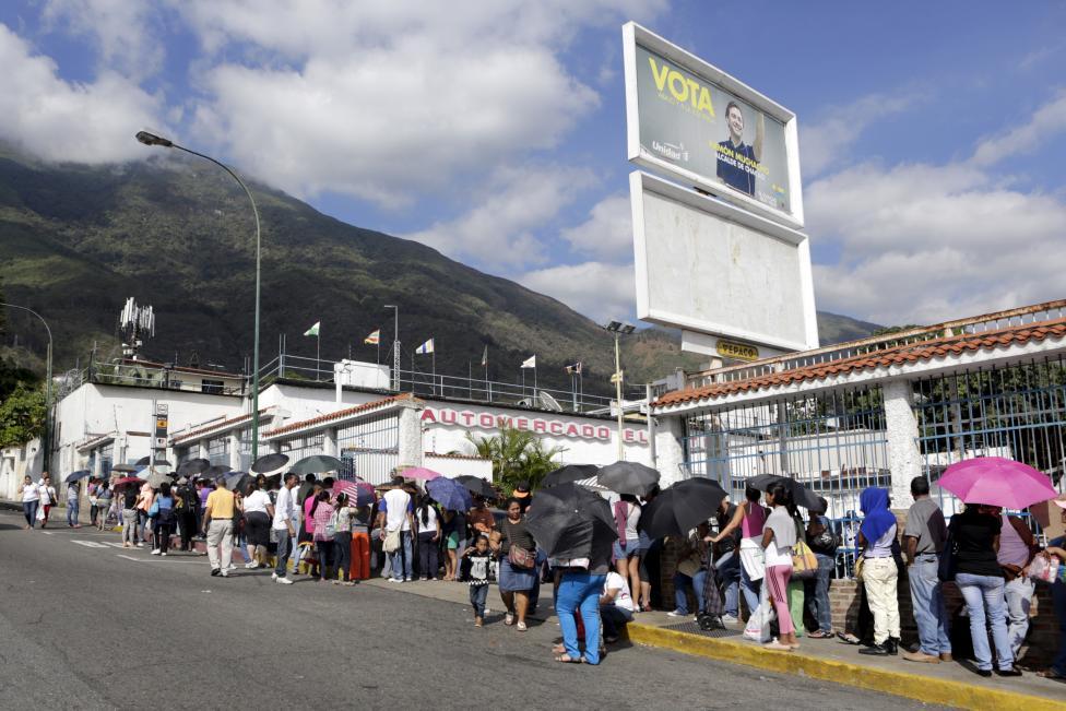 Dân xếp hàng dài mua nhu yếu phẩm ở Venezuela - 1