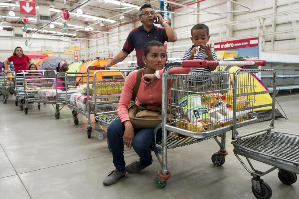 Dân xếp hàng dài mua nhu yếu phẩm ở Venezuela - 2