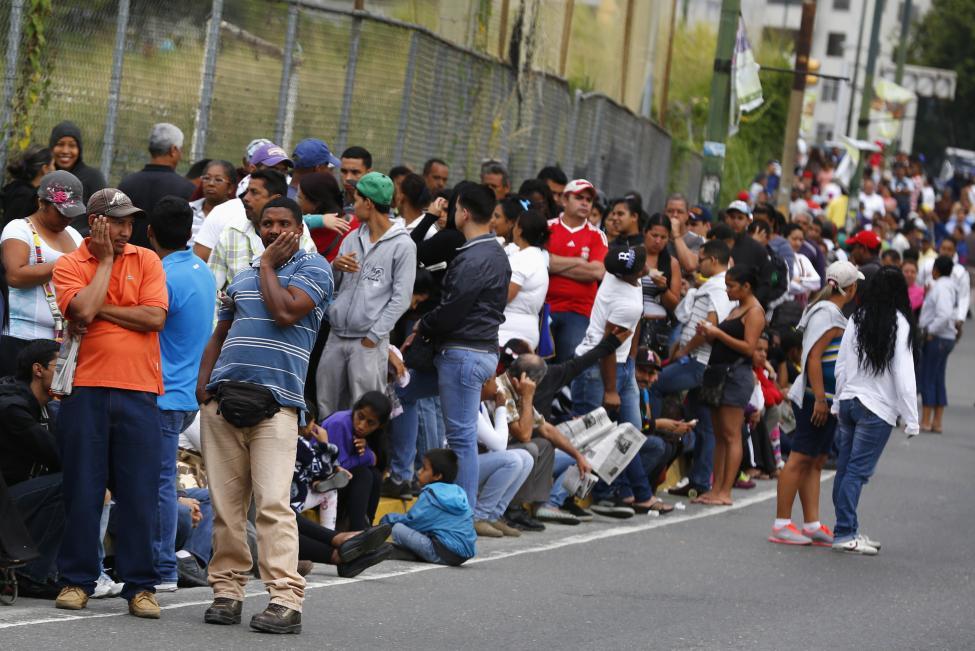 Dân xếp hàng dài mua nhu yếu phẩm ở Venezuela - 3