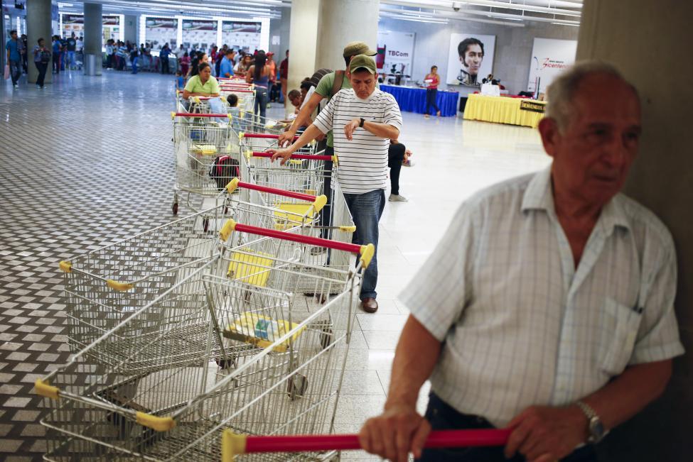 Dân xếp hàng dài mua nhu yếu phẩm ở Venezuela - 4