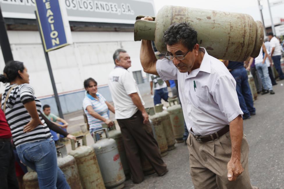 Dân xếp hàng dài mua nhu yếu phẩm ở Venezuela - 5