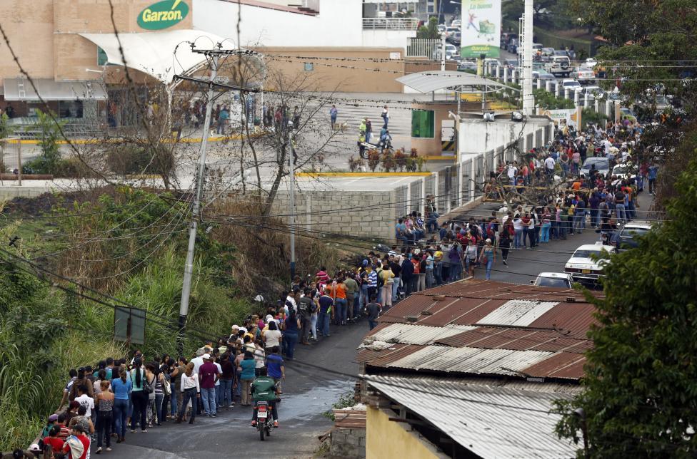 Dân xếp hàng dài mua nhu yếu phẩm ở Venezuela - 6
