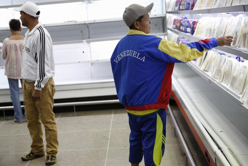 Dân xếp hàng dài mua nhu yếu phẩm ở Venezuela - 7
