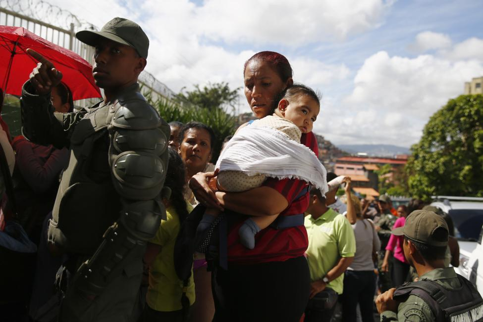 Dân xếp hàng dài mua nhu yếu phẩm ở Venezuela - 8