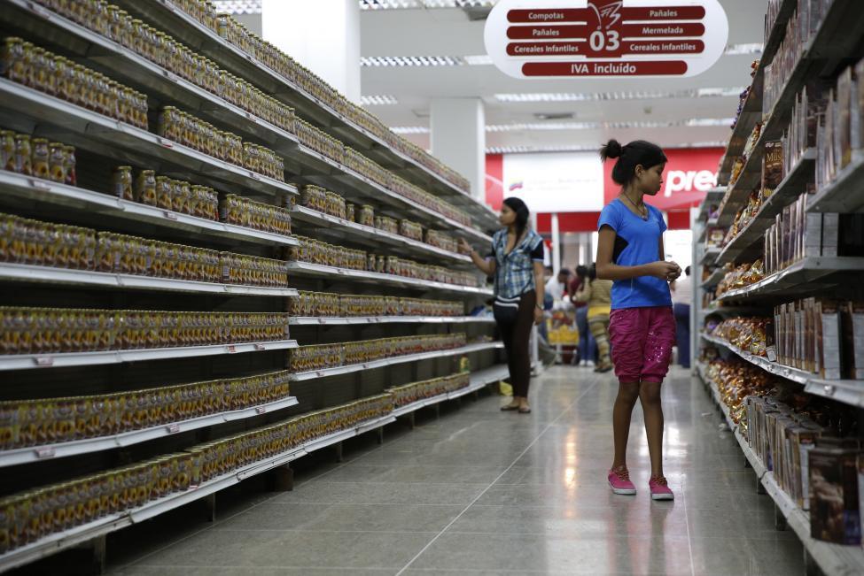 Dân xếp hàng dài mua nhu yếu phẩm ở Venezuela - 10