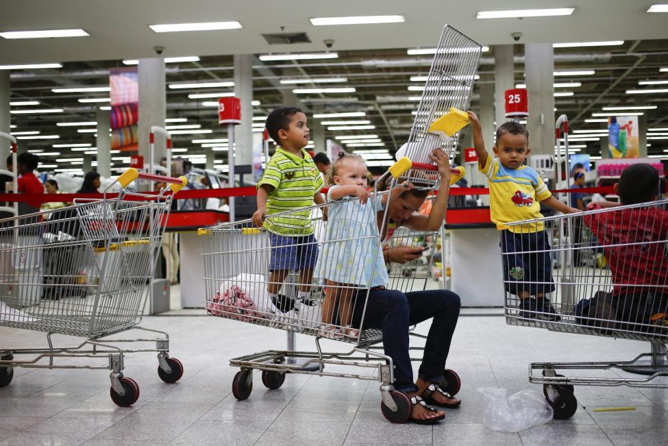 Dân xếp hàng dài mua nhu yếu phẩm ở Venezuela - 11