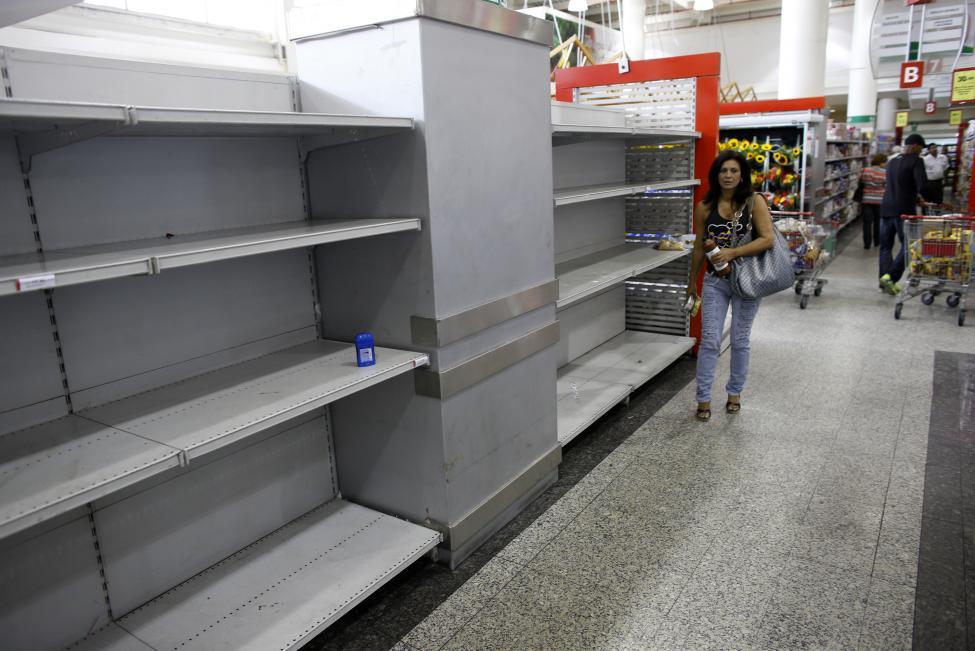 Dân xếp hàng dài mua nhu yếu phẩm ở Venezuela - 13