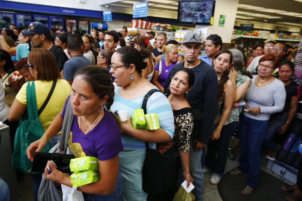 Dân xếp hàng dài mua nhu yếu phẩm ở Venezuela - 14